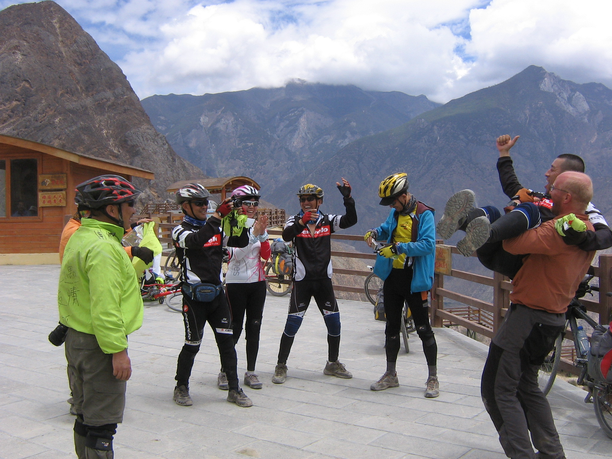 meeting a chinese group of cyclists